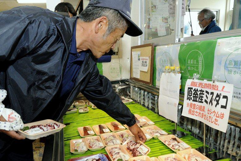 會員國所實施的檢驗或是防檢疫措施,必須要有風險評估才能制定,若相關的科學證據不充分時,會員可依現有資訊,暫時採行某些措施。圖為一名日本選購海鮮食品。 圖/美聯社