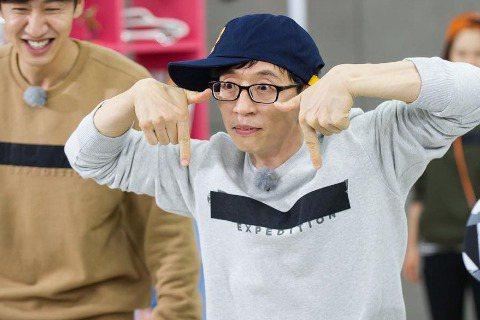 今日(11月23日),《Running Man》官方Instagram公開最新片場照,並附言寫道:「劉在錫的TWICE舞蹈」。公開的照片中,劉在錫正認真模仿TWICE新歌《TT》的舞蹈,雙手比成「T...