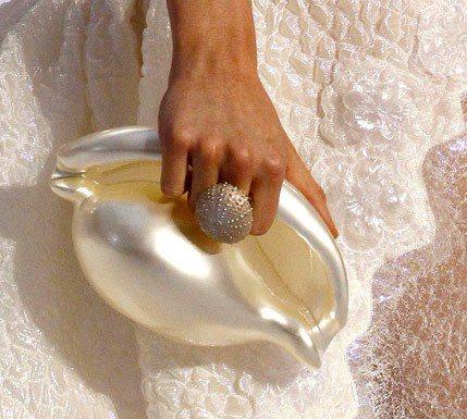 香奈兒在2012年春夏系列的貝殼手拿包。圖/摘自Pinterest