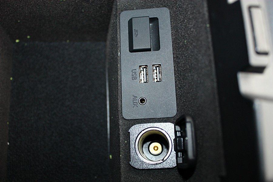 中央扶手後方置物空間內提供一具 12V 電源插座、兩具 USB 插孔、AUX音源孔與 SD 記憶卡插槽。 記者林和謙/攝影