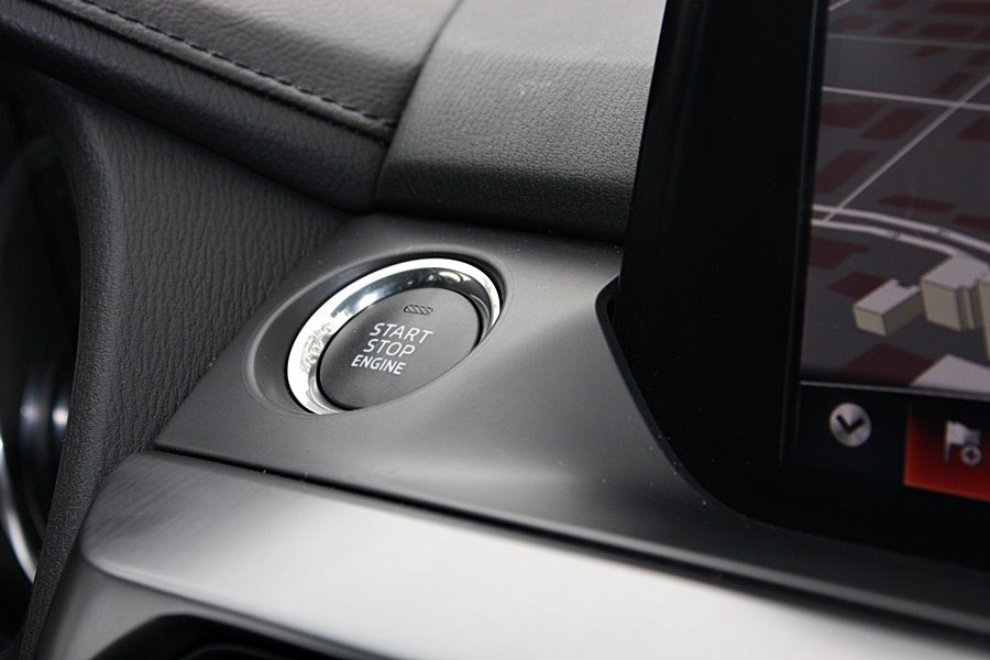 Mazda 6 Wagon 配備 Smart Keyless 智慧啟閉;Push Start 引擎啟動鈕位於中控台觸控螢幕左側。 記者林和謙/攝影