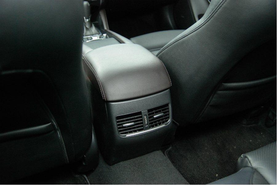 後座冷氣出風口,提升車室冷房效果。 記者林鼎智/攝影