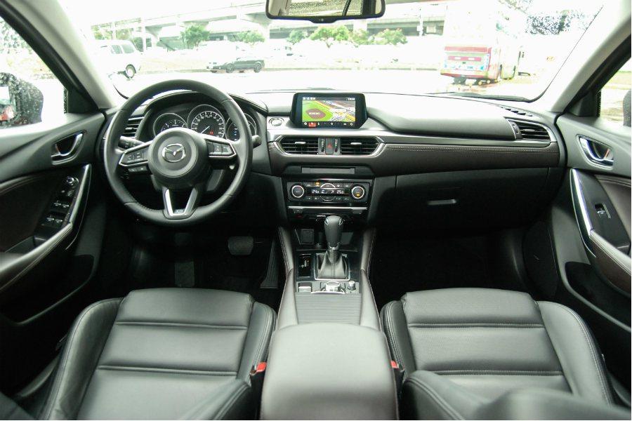 車室內裝採用軟性塑料材質,維持 Mazda 的精緻質感。 記者林鼎智/攝影