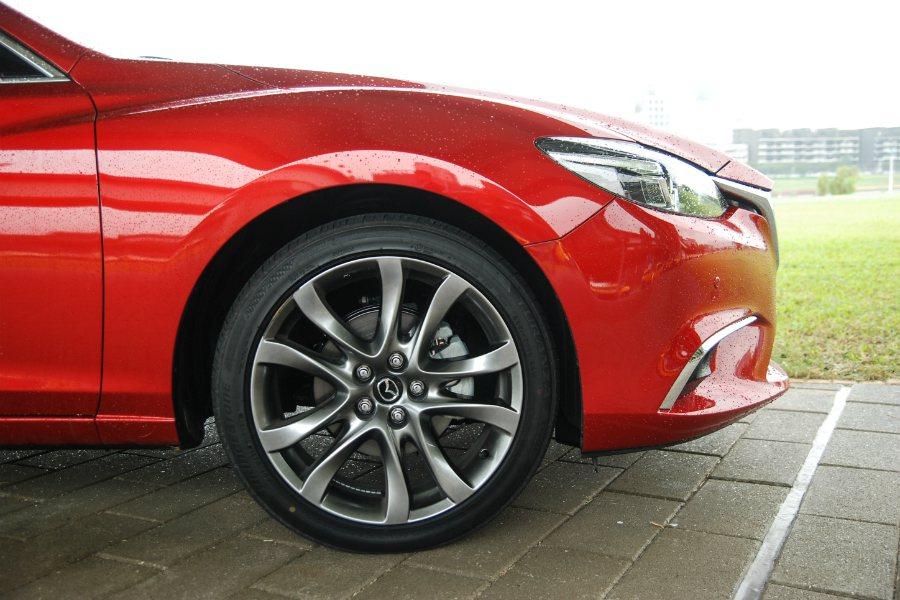 原廠配胎為 Bridgestone TURANZA T001 輪胎(規格為 225/45 R19)。 記者林鼎智/攝影