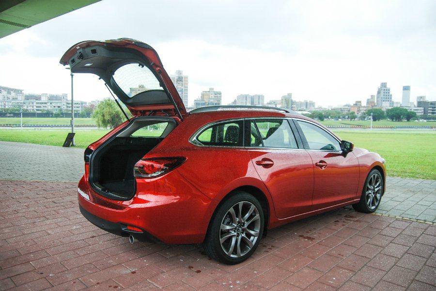 旅行車的低底盤特性,在上下重物時較為方便。 記者林鼎智/攝影
