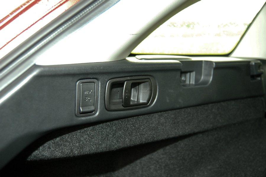 車尾兩側拉桿可快速讓後排座椅向前傾倒,車主不用再繞到後座放倒座椅。 記者林鼎智/攝影