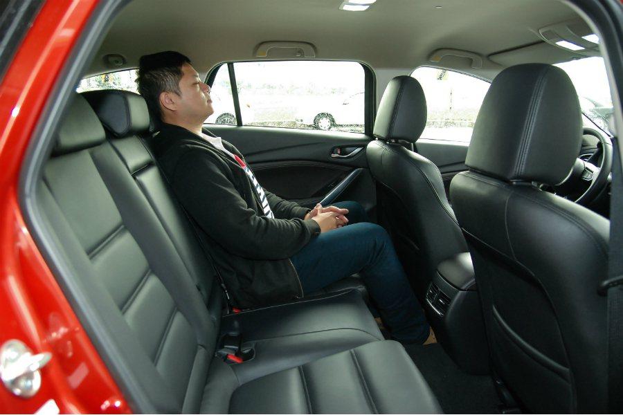 後座空間表現:以同事 175cm 的身高入座後,頭頂空間相當寬裕。 記者林鼎智/攝影