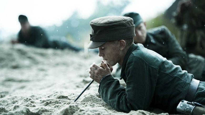 少年兵們小心翼翼地撥清沙土、打開地雷,取出雷管的場景,是整部片的核心關鍵,要觀眾...