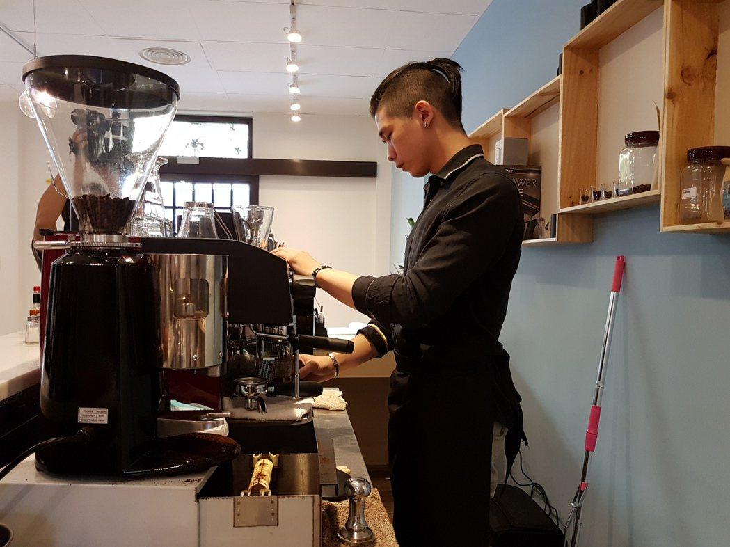 阿仁曾誤入歧途,但迷途知返,並在「未來咖啡」誠懇的替顧客服務。記者劉時均/攝影