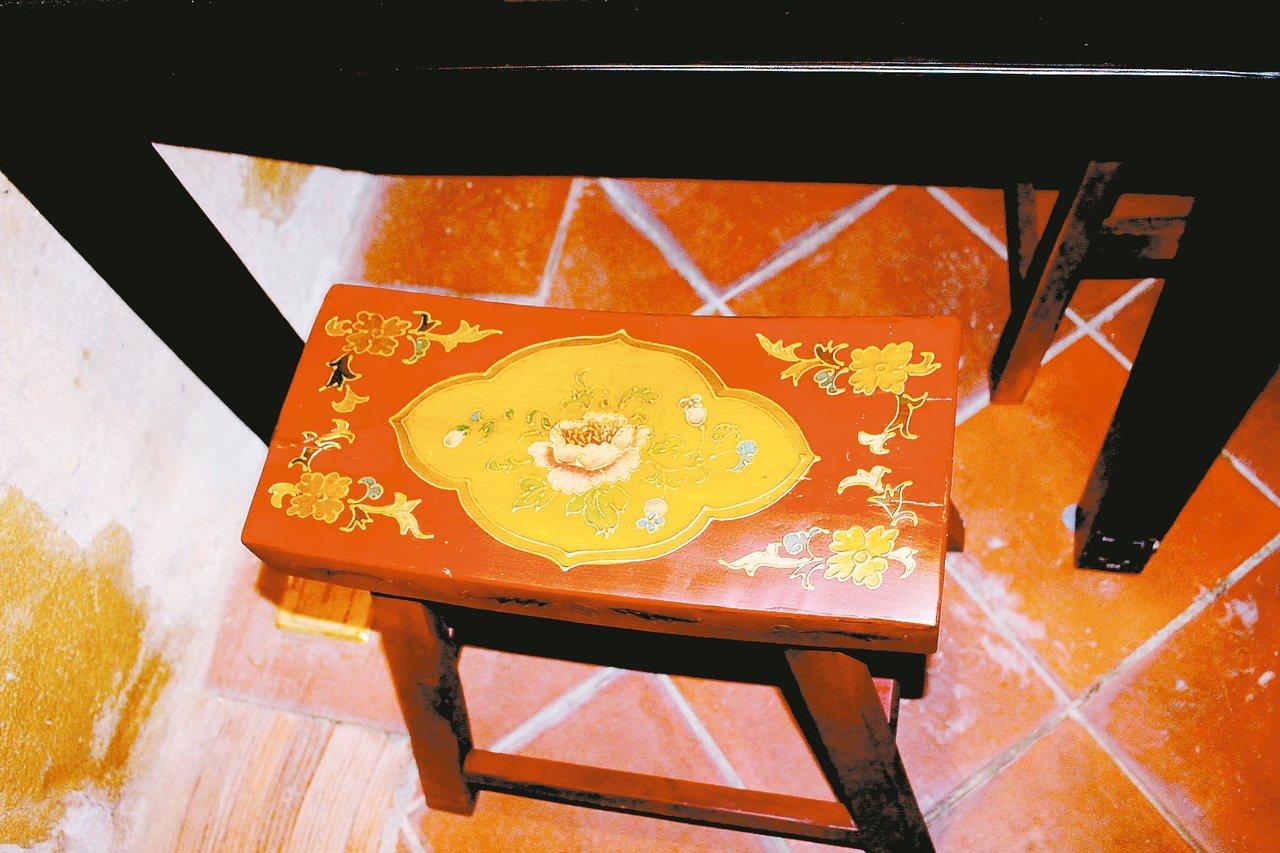 雕花板凳。 記者張雅婷/攝影