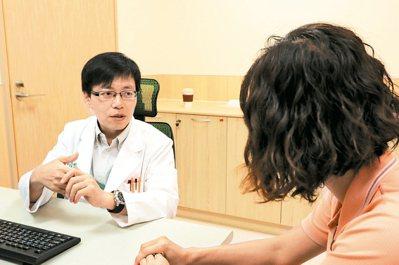 亞大醫院家庭醫學科主任沈錳碩(左)利用藥物、睡眠技巧,幫助求診者減緩時差之苦。 ...
