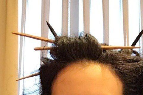莫文蔚25日在微博分享一張自拍照,照片中的她頭髮上插了六七根筷子,她還自嘲是「筷子派掌門人」,還特地@造型師。有網友看到照片還留言說:「女神為何要自黑」、「髮型酷到沒朋友」、「只有我莫莫才能駕馭」、...
