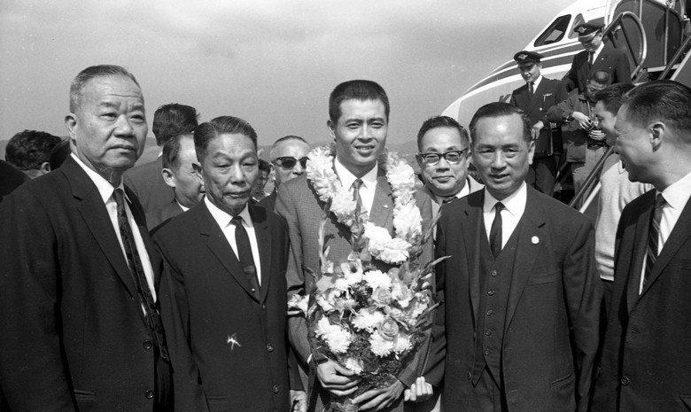 1965年,王貞治從東京飛抵台北,由臺灣省議會議長謝東閔(左一)、中華全國體育協進會理事長楊森(左二),與僑委會委員長高信(左四)親抵機場接待。 圖/聯合報系資料照片