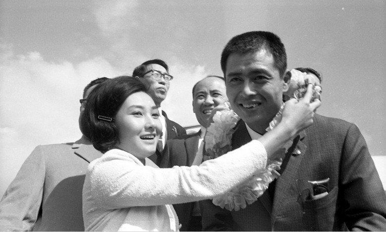 王貞治1965年受邀來台,國民黨政府出動影星張美瑤為他掛花環,希望把這對「風雲兒女」送做堆,一舉將「日本全壘打王」逆轉回中華英雄。 圖/聯合報系資料照片