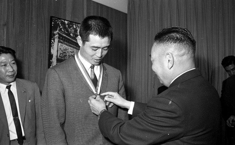 王貞治受時任反共救國團主任蔣經國接見。 圖/聯合報系資料照片
