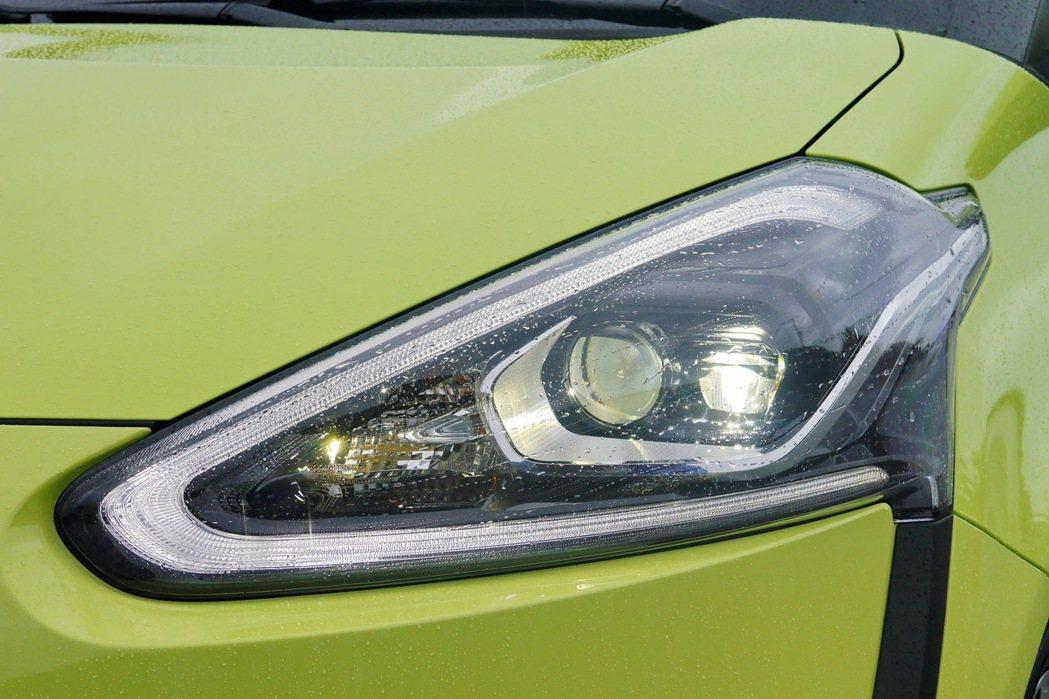 高階車型搭載LED Bi-Beam頭燈,搭配銳利有形的LED光條式定位燈。 記者陳威任/攝影