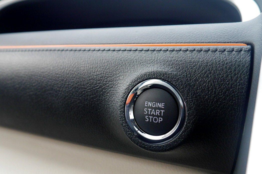 全車系標配Push Start引擎觸控啟動系統及Smart Entry車門啟閉系統。 記者陳威任/攝影
