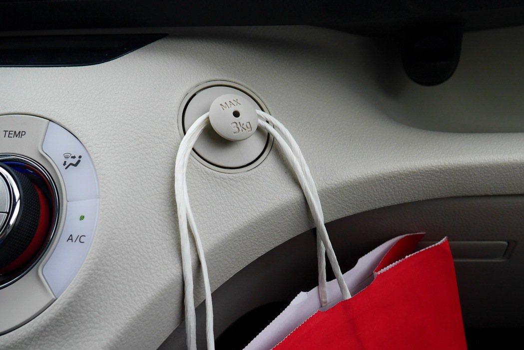 副駕駛座的掛鉤設計更有畫龍點睛的效果。 記者陳威任/攝影