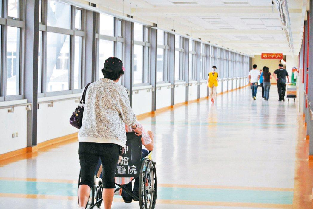 衛福部健保署為杜絕詐領,擬祭出取消境外門診費用核退。 本報資料照片
