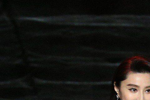 以「我不是潘金蓮」入圍影后的范冰冰,同時也擔任頒獎人,頒發「最佳音效獎」與「最佳女配角」獎,主持人納豆特別化身「台灣武大郎」上前(右)上前攙扶。