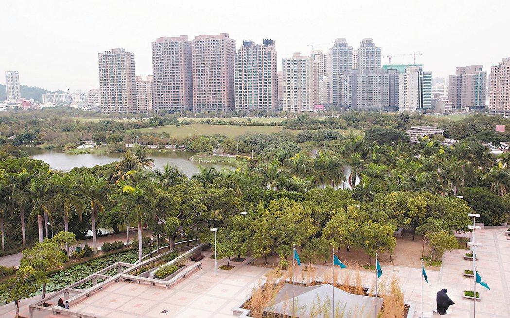 高雄美術館特區都市規劃完善,生活環境特優,吸引不少高所得者進駐。 劉學聖/攝影