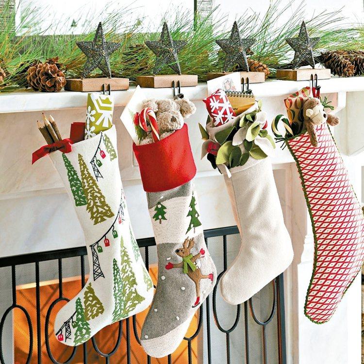 聖誕襪、吊襪架,售價格880元至1250元。 Crate and Barrel/...