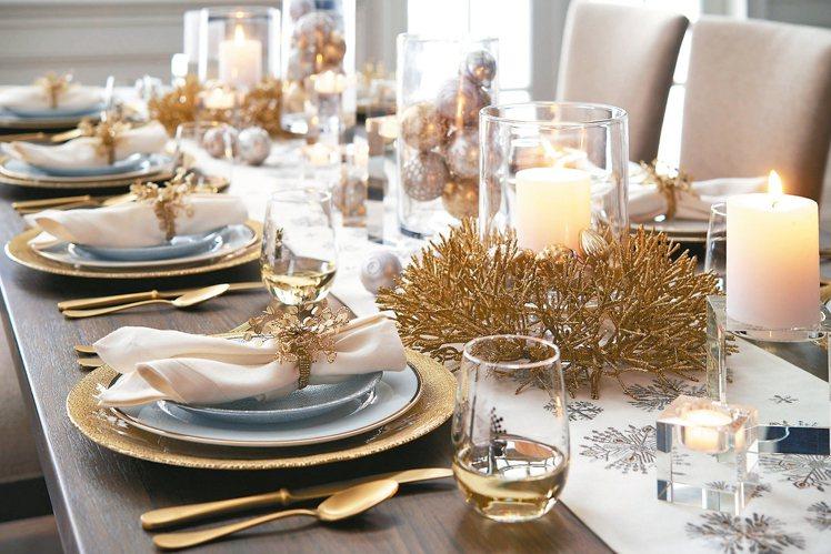 金銀色系餐具能讓餐桌有醒目的節慶焦點。 Crate and Barrel/提供