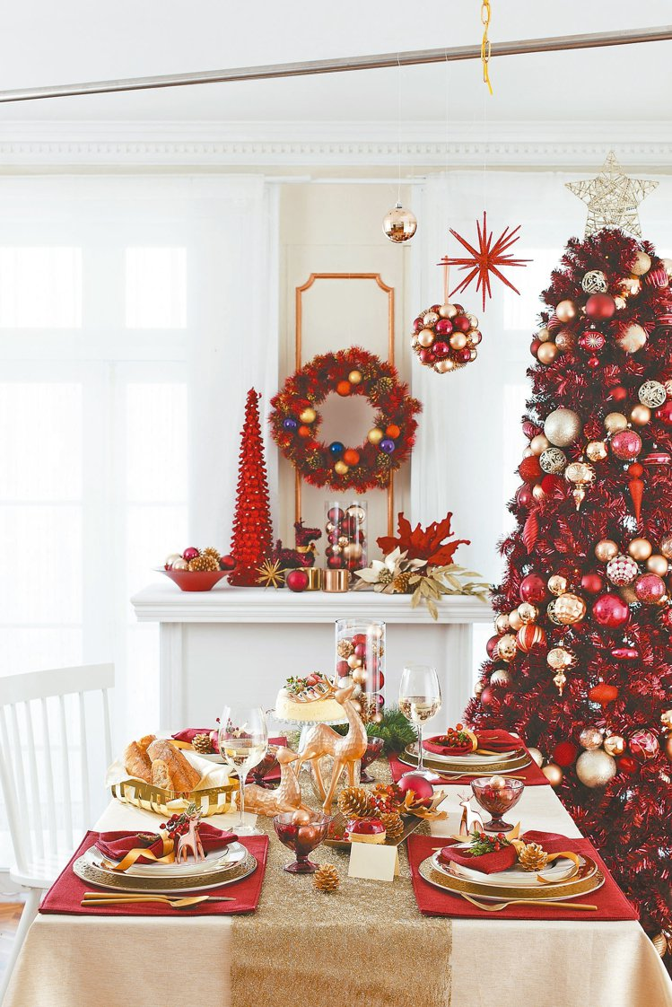 利用紅、白、金色系餐具,就能有濃濃聖誕味。 HOLA/提供