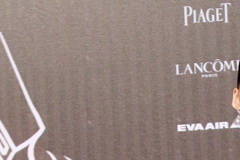 以「再見瓦城」入圍金馬影后的吳可熙穿著粉色大蓬裙現身金馬星光大道,被網友笑稱「是飯桌蓋嗎?」,還有人問「是有人躲在裡面嗎?」