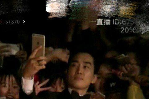 擔任金馬頒獎嘉賓的韓國男神宋承憲,帥氣現身金馬紅毯,他還與粉絲玩自拍,不過似乎有一會兒搞不定手機,讓網友這畫面好好玩,也覺得歐巴好萌啊!