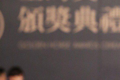 擔任金馬獎頒獎嘉賓的「晨神」林依晨以黑白配登上金馬紅毯,服裝的修身效果讓網友表示林依晨是「螞蟻腰」,但野人表示看不懂。