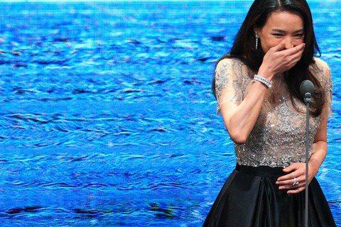 女神舒淇換上有別於紅毯的另一套服裝,頒發「台灣傑出電影工作者獎」,不過得獎者趙德胤講完感言後,舒淇卻被留在了舞台,與主持人陶子互動,被陶子一番「我要說,很謝謝她來頒獎(比劃類似懷孕的動作)、還穿高跟...