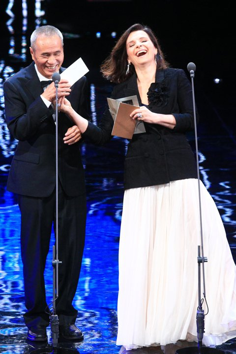 曾合作過電影「紅氣球」的侯孝賢與法國影后茱麗葉畢諾許擔任金馬53頒獎人,兩人雖有語言隔閡,但先前有合作經驗,不需言語就能了解彼此,共同頒發最佳導演獎。