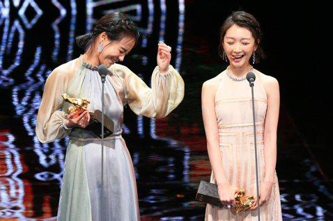 「七月與安生」馬思純與周冬雨同獲金馬最佳女主角,2人台上領獎時表情相當俏皮。
