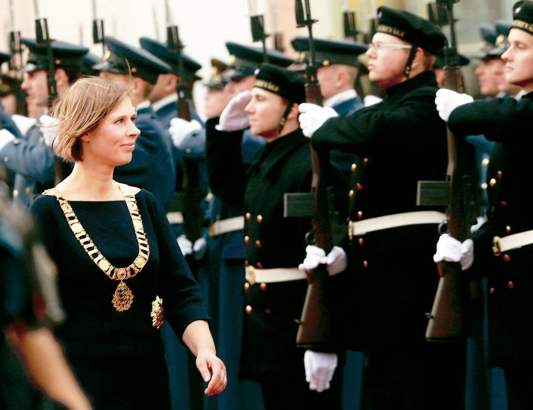 愛沙尼亞總統卡魯萊(Kersti Kaljulaid)在就職典禮上校閱儀隊。 路...