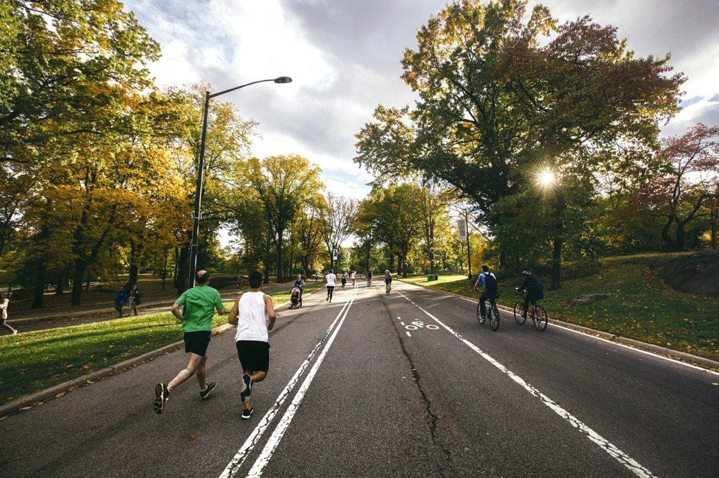 運動風氣盛,近年來常發生餐後做高強度運動,引發胸悶猝死,或有馬拉松跑者半路猝死的...