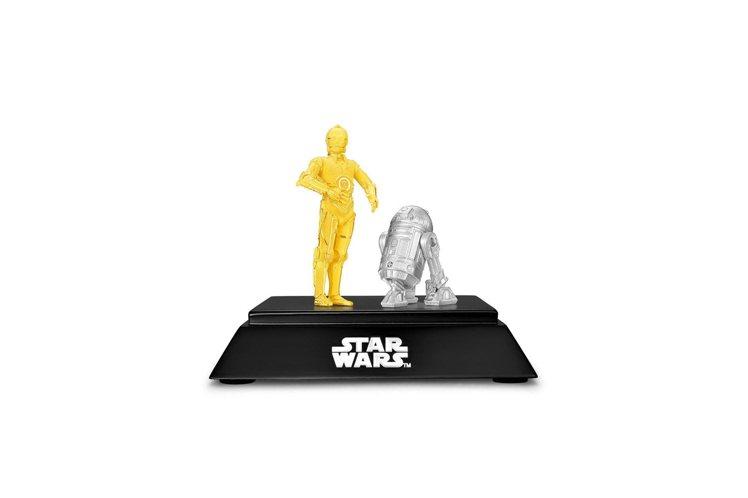 「星際大戰」系列C-3PO黃金與R2-D2白金商業款擺飾。圖/周大福提供