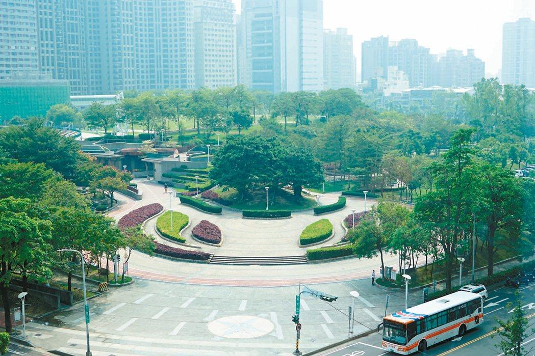 隨著氣候變遷加速,高綠覆區塊成為建商推案的新寵,紛紛推出高綠覆與綠建築,爭取購屋...
