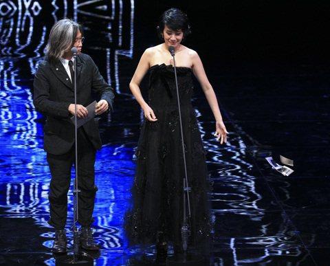 陳可辛與吳君如登金馬頒發「最佳男配角獎」,吳君如玩起「撕名單」梗,當中撕毀得獎名單丟棄一旁,其實那是已經公布過的獎項。