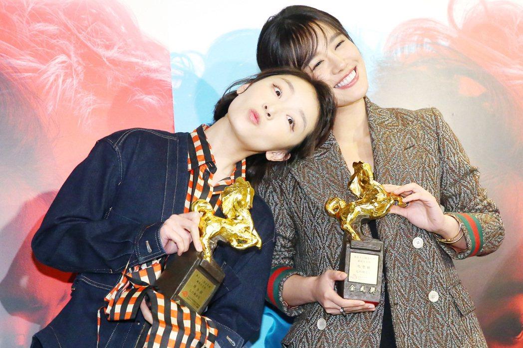 本屆金馬獎雙影后周冬雨(左)和馬思純開心慶功,兩人互相依偎享受這難得的一刻。記者...