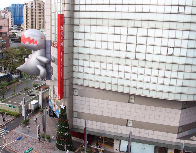 新光三越台北南西店三館外牆上的b.dinosaur銀色空飄恐龍氣球。圖/新光三越...