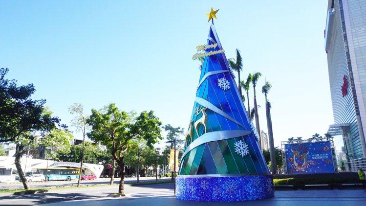 新光三越台中中港店15米高大型鏡面耶誕樹。圖/新光三越提供