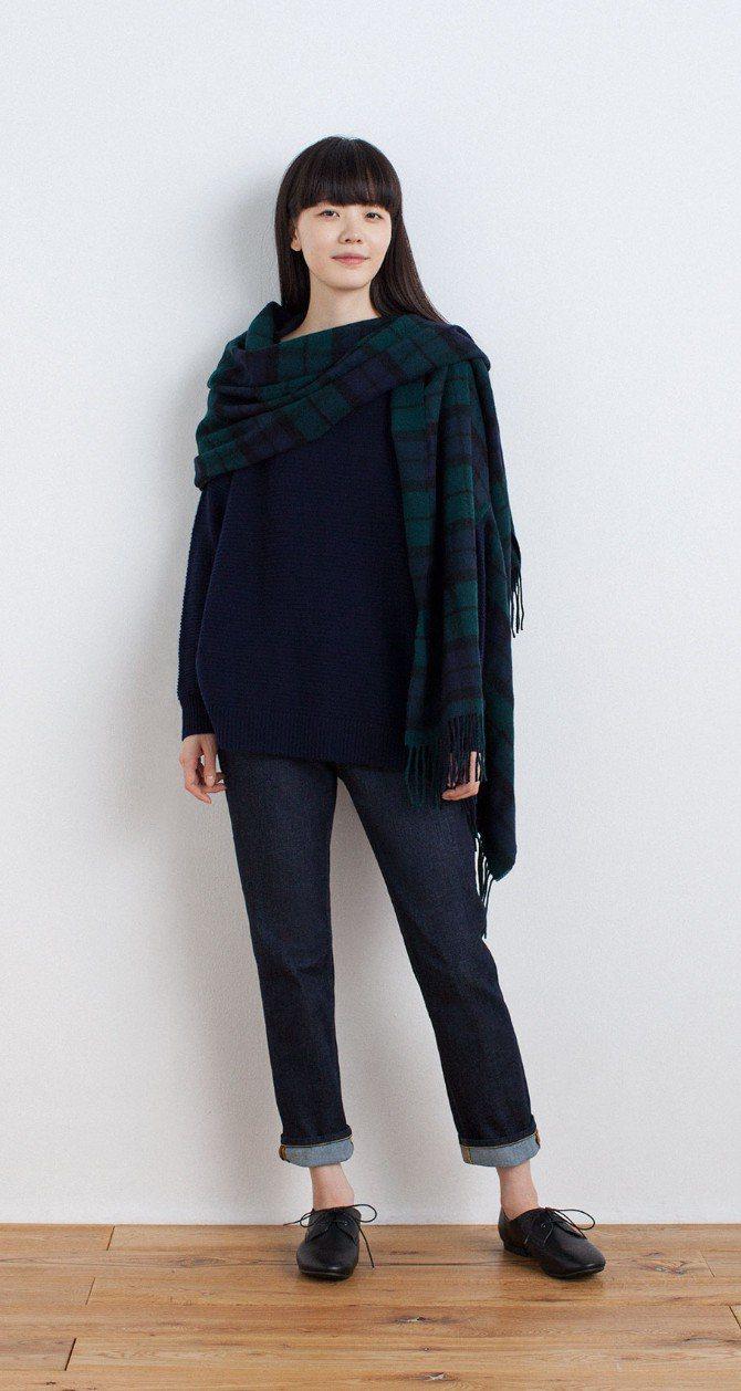 羊毛大判花紋附袖口披肩可隨行穿搭。圖/MUJI提供