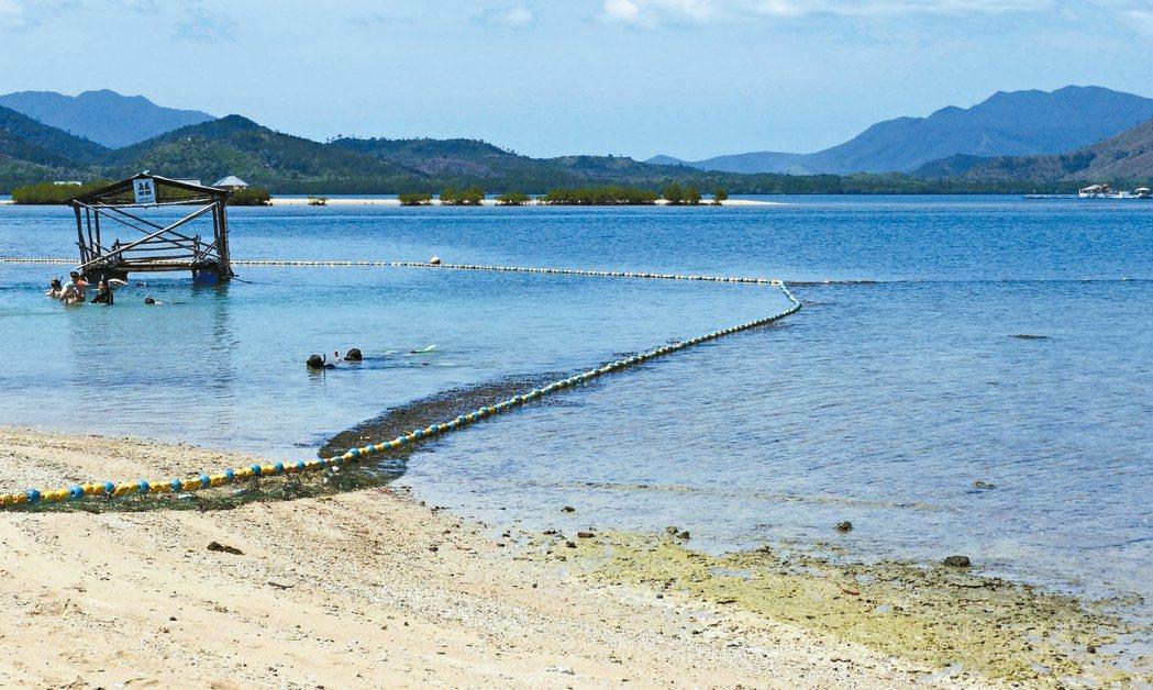 路尼島的海水藍綠交錯,美不勝收。 記者魏妤庭/攝影