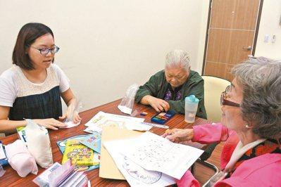清大認知與心智科學中心和慈濟基金會合作培訓「知能訓練師」(左),透過藝術治療,幫...