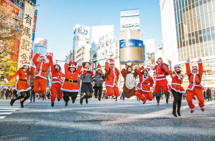 12月17日、24日到誠品生活指定店別尋找紅色聖誕老人。 圖/誠品生活提供