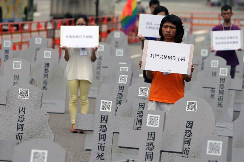 圖為2014年國際反恐同日,一群同志人權運動者在凱道豎立一百座「因恐同而死」的墓...