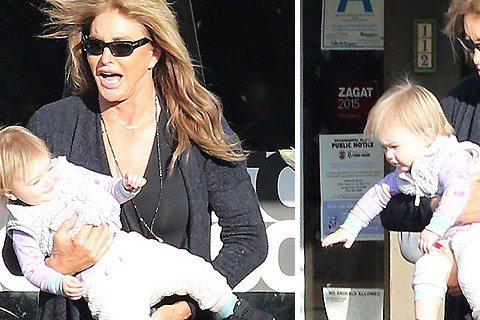 從奧運男子十項冠軍的布魯斯‧詹納(Bruce Jenner),變成凱特琳‧詹納(Caitlyn Jenner)的世界最出名的變性人;同是金卡戴珊繼父的她,27日被媒體拍到與孫女玩耍,但不熟悉抱著小孩...