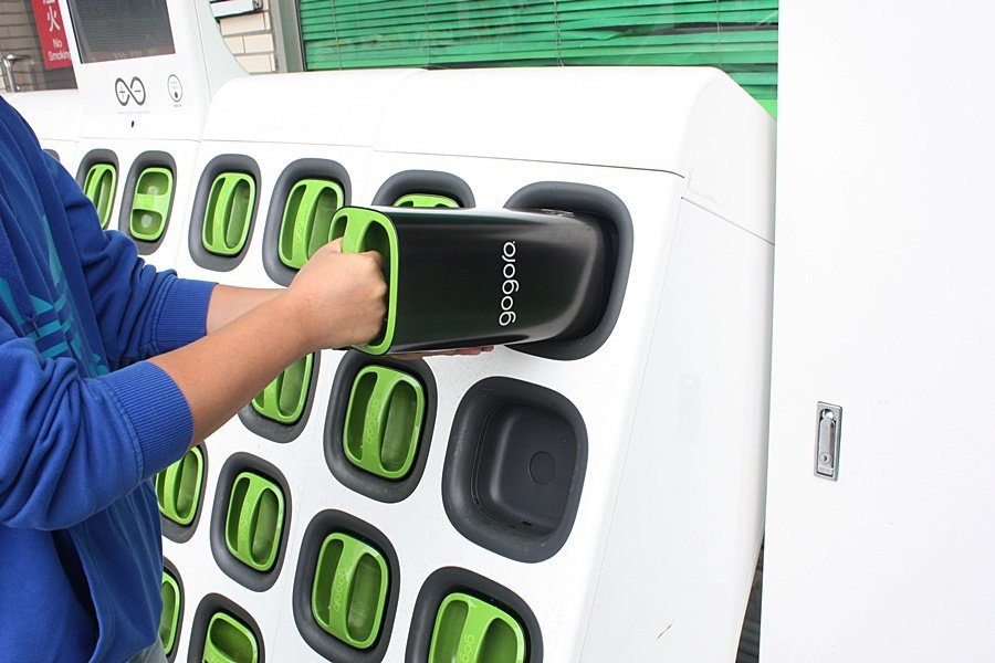 將要替換的電池放入換電站未放置電池的電池孔。 記者林和謙/攝影