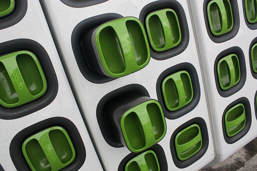 GoStation會自動升起電量飽滿的電池。 記者林和謙/攝影
